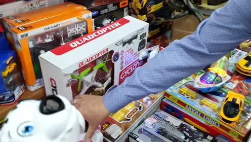 小男孩在文具店里挑自己喜欢的玩具!