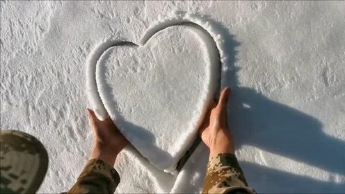 兵哥哥玩雪都跟人不一样,画出心型整整齐齐,完全能看出本人的性格和军纪!