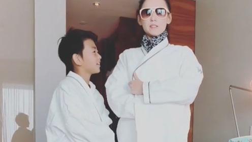 张柏芝与儿子裹浴巾走模特步 小Q撩衣拍肚皮画面搞笑