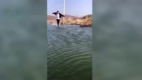 将查克拉凝聚在脚上,就可以水面行走了!