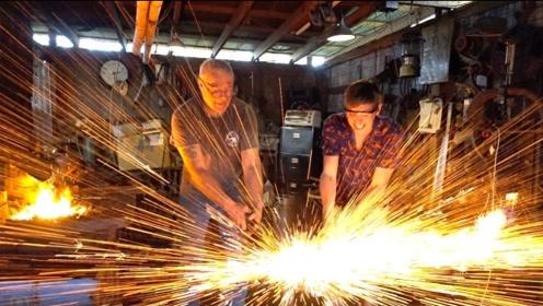 铁匠在铁砧上滴水,挥动铁锤砸下去,结果太壮观了!