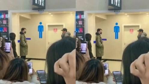 许凯现身机场,被几十个女粉丝跟拍,躲在男厕所长达半小时