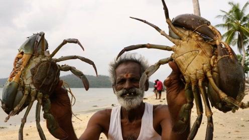 """实拍:印度爷爷抓来巨型螃蟹做""""蟹王宴"""",一起来看看他们怎么吃"""