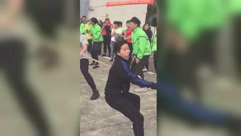 """女子参加拔河比赛因夸张表情走红,站C位赢得比赛成""""表情姐"""""""