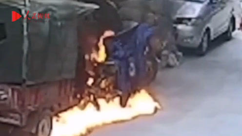 危险!熊孩子玩火点燃汽油后逃跑,三轮车瞬间被大火烧毁吞噬