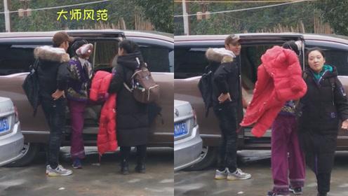 67岁刘晓庆古装造型现身反差大,见镜头赶紧挡脸助理还撵人