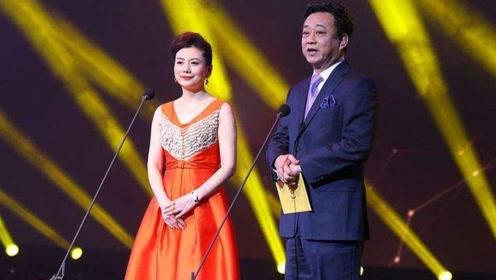 朱军携妻子谭梅同台,深情合唱一首《因为爱情》,简直是太般配了