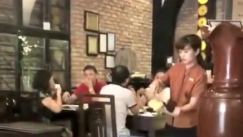 今天去饭店吃饭,服务员在客人面前表演绝活,就像杂技演员一样厉害!