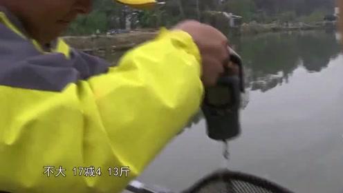 水库钓大鱼,三十斤的大青鱼劲太大了,两个大汉都差点拉不住