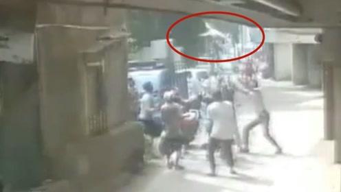 2岁男童从3楼窗户坠落 众人徒手合力将其接住