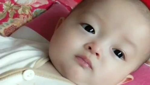 宝宝被妈妈教训后,这委屈巴巴的小眼神太让人心疼了,妈妈也太凶了!