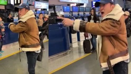 吴京机场怒斥跟拍者,怒目圆睁大吼:把孩子撞到怎么办?