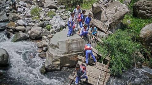 悬崖上的村子村民靠藤条进出 网友:中国人不会功夫解释不清了