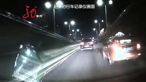 因为拉客产生纠纷 两辆出租车大马路上相互别车 吓坏乘客