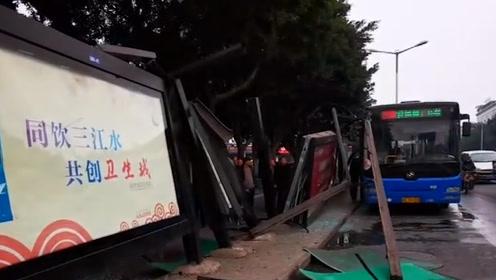 乐山一公交车撞塌站台候车亭 玻璃飞溅致一骑车女子受伤