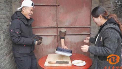 搞笑短剧:兄妹俩去邻居家偷吃火腿,结果邻居放粘鼠板整治小伙