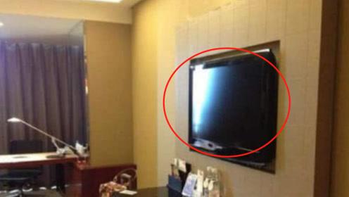 为什么住酒店时,要先拔电视机的插头?很多人不懂,结果后悔莫及