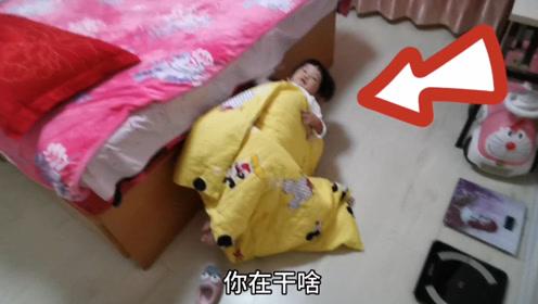 女宝宝睡觉不去床上,躺在这里搂着小娃娃,你想干啥?