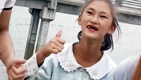 漂亮女孩门牙掉光不嫌丑,朋友找她拍视频称很享受