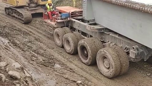 这车是造桥的吗?它这个方向盘是转哪个轮子的,看着好厉害!
