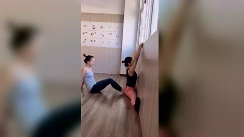 这就是练瑜伽的必修一课,一脚下去,隔着屏幕都感觉疼!