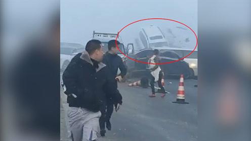 贵州高速路上37辆车连环追尾 现场有车辆被顶到飞起
