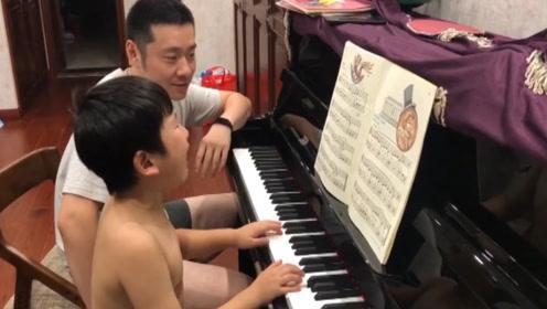 男孩哭着弹钢琴爸爸一旁淡定 网友:原谅我笑了!