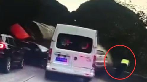 生死瞬间!实拍:云南一大货车连续对顶9车 交警跳下路基躲一劫