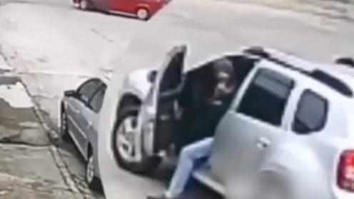 巴西一奇葩劫匪抢来汽车开不走 竟招呼车主回来帮忙 结果让人笑喷!