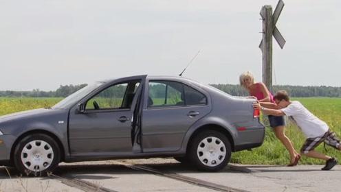 汽车竟然坏到了火车道上!看到驶来的火车路人慌了神,这可咋整!