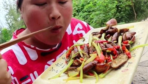 胖妹嘴馋吃重口美食,这次搞了个昆虫宴,一大盆吃完还没过瘾