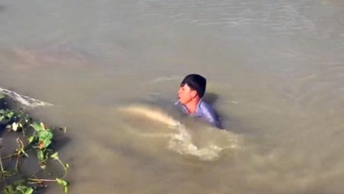 男子一头扎进水里,6秒后起身一看,众人不淡定了!