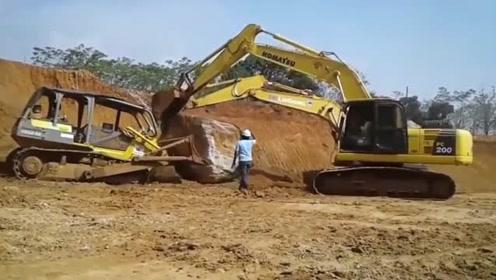 推土机与挖掘机的巧妙配合,终于把大石头推进坑了
