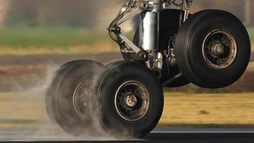 飞机降落轮胎承受多大压力?镜头回放过程,一般轮胎真干不了这活