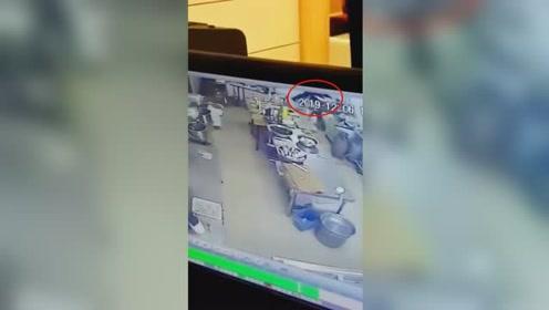 女服务员长发卷入和面机!157秒监控视频中见其不断挣扎