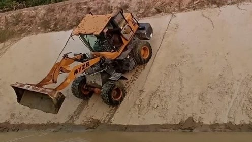 新手把铲车开河里了老板知道找来挖机兄弟过来帮忙,估计铲车师傅要被开除了