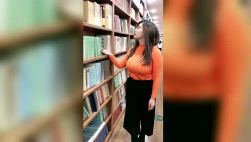 图书馆拍到的女神,微胖的身材,很美很优秀!