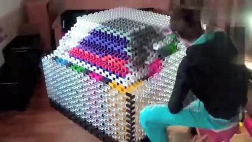 多米诺骨牌摆的最大立方体!推倒的画面太壮观了