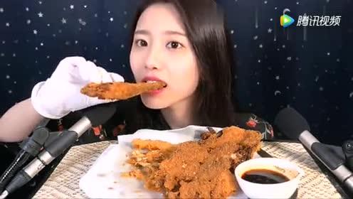 吃播大胃王:小姐姐吃炸泡菜!这声音真酥脆