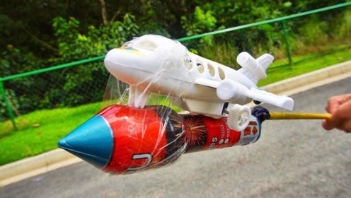 将烟花绑在玩具飞机上,点燃后会发生什么呢?网友:外国人真会玩