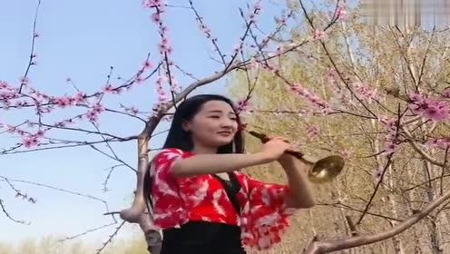 90后小姑娘桃花园里吹起《甜甜小妹》,这唢呐玩的也是没谁了!