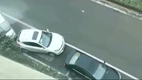 侧方位停车失败,后车霸气抢车位,真是太逗了!