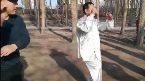 """民间八极拳高手,演练金刚八式之""""伏虎式"""",你看大叔功力如何"""