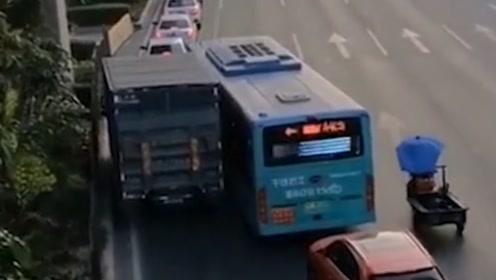 货车公交车行驶中斗气!公交司机载客故意别行还吐口水挑衅
