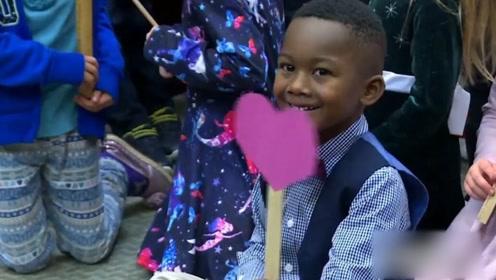 超暖!美国5岁男孩被领养 幼儿园全班同学到法院举红心支持