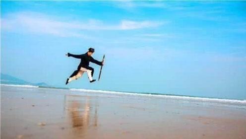 """高僧苦练""""轻功水上漂"""",能在水上跑125米,动作快到不敢眨眼!"""