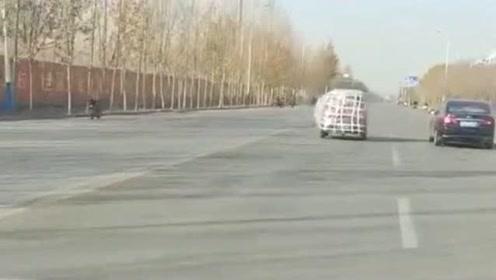 这一定是新车,包装都还没拆就开出来了,不怕交警抓到?