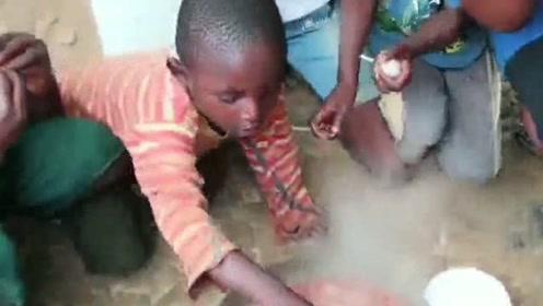 这非洲人饭一出锅就下手抢,这滚烫的火锅抢慢了就没饭吃!
