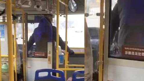天冷靠蹦取暖?公交司机边开车边蹦跳,单手握方向盘