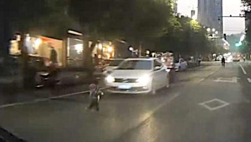 司机开车撞了孩子,父母却但一半责任,原因竟是……